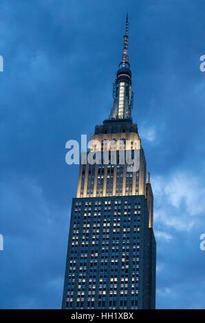 Das Iconic Empire State Building leuchtet in der Nacht, NYC, USA - Stockfoto