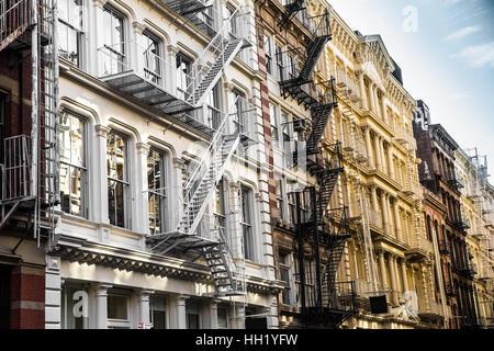 New York City View Außenfassade auf verzierten alten Mehrfamilienhaus Residenz mit Feuerleitern gesehen von lower - Stockfoto