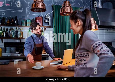 Barkeeper, Barista und Kunden in der Café-Bar-restaurant - Stockfoto