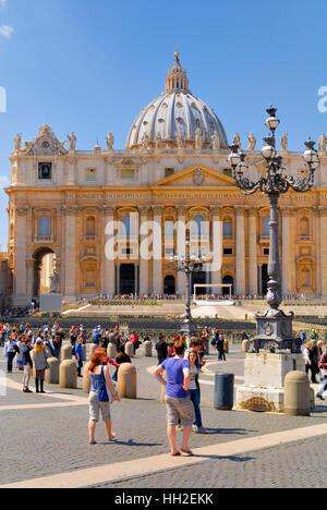 Str. Peters Basilica, überfüllt mit Touristen und Pilger, nicht identifizierte, von überall auf der Welt. 13. April 2013 in Rom, Italien.