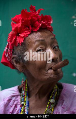 Frau rauchen Cohiba Zigarre in Havanna, Kuba Stockfoto