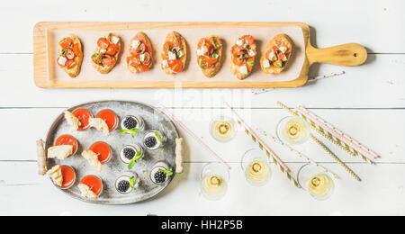 Brushettas, Gazpacho Aufnahmen, Desserts, Champagner und Strohhalme auf weißem Hintergrund - Stockfoto