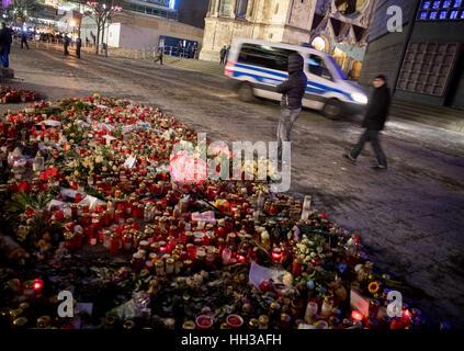Berlin, Deutschland. 16. Januar 2017. Die Menschen gehen von Hommagen an die Opfer des Weihnachten Markt Terroranschlags - Stockfoto