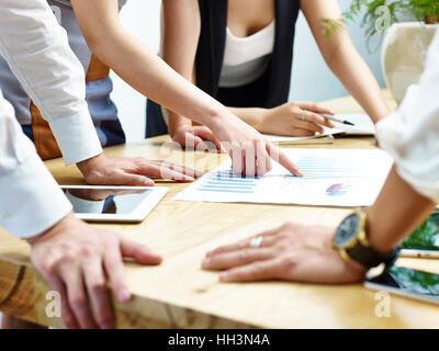 Gruppe von Geschäftsleuten treffen im Büro Diskussion und Überprüfung der Vertriebsleistung. - Stockfoto
