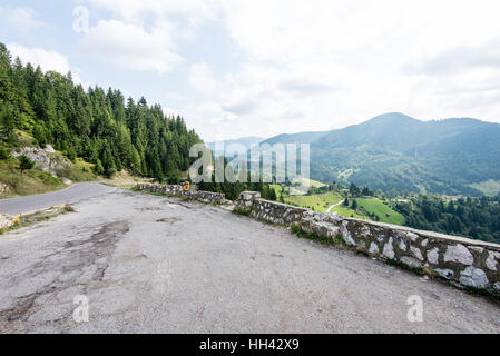 Kurvenreiche Land Straße mit Wolken und trockenen Asphalt - Stockfoto