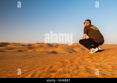 Touristen, die gerade des Panoramablick über die Sanddünen der Rub' al Khali Wüste, Al Ain, Vereinigte Arabische - Stockfoto