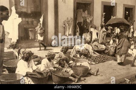 Lebhaften Straßenmarkt von meist Frauen bieten ihre waren in Dakar, der Hauptstadt von Senegal (dann Französisch - Stockfoto