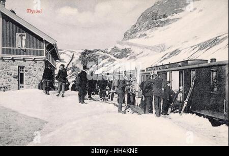 Szene am Bahnhof Myrdal im Schnee, Norwegen, auf der Linie von Bergen nach Oslo, mit Menschen Skifahren gehen. - Stockfoto