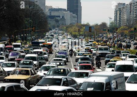 Schwerverkehr während der Rush Hour auf der breitesten Straße der Welt, Avenida 9 de Julio, Buenos Aires, Argentinien. - Stockfoto