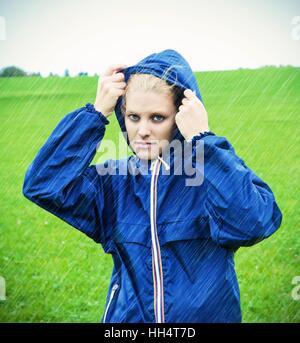 Junge Frau an einem regnerischen Tag - Stockfoto