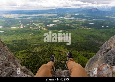 Beine, überhängenden steilen Felswand über schöne Landschaft - Stockfoto