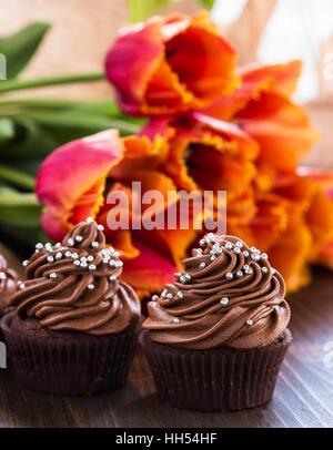Köstliche Mütter Tag Schokolade Cupcakes mit Frühling Tulpen - Stockfoto