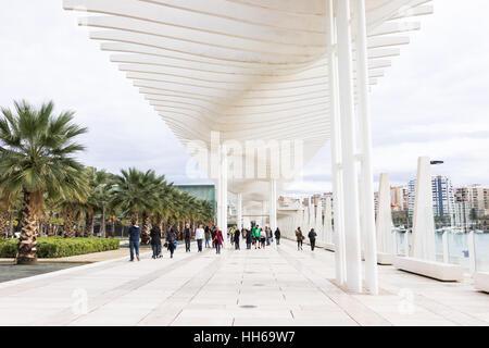 Malaga, Spanien. 18. Dezember 2016. Menschen zu Fuß entlang der Küstenlinie von Palmeral de Las Sorpresas (Hafen - Stockfoto