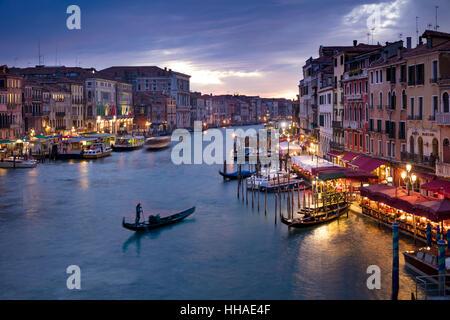 Bunter Abend über den Canal Grande und die Stadt Venedig, Veneto, Italien