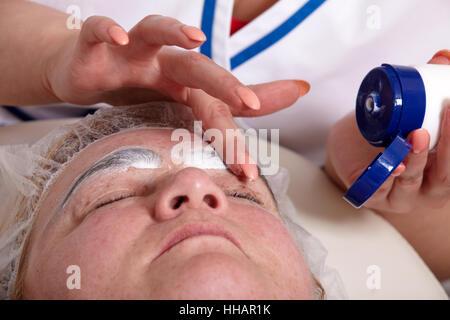 Augenbrauen - Augenbrauen färben - Stockfoto