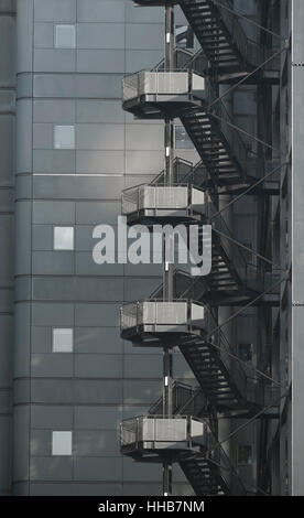 Edelstahl Wendeltreppe an Bürogebäude - Stockfoto