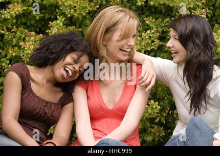 Diverse Frau in einer kleinen Gruppe sprechen. - Stockfoto
