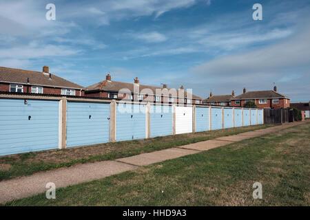 Häuser mit einer Reihe von Garagen meist blau lackiert. - Stockfoto