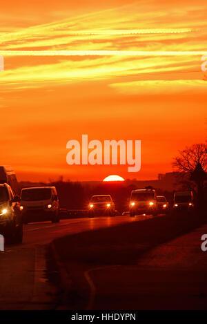 Reisen bei Sonnenuntergang auf der A64 zweispurigen Verkehr York Yorkshire Vereinigtes Königreich - Stockfoto