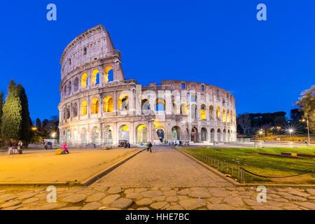 Nachtansicht des Kolosseums in Rom in Italien. - Stockfoto