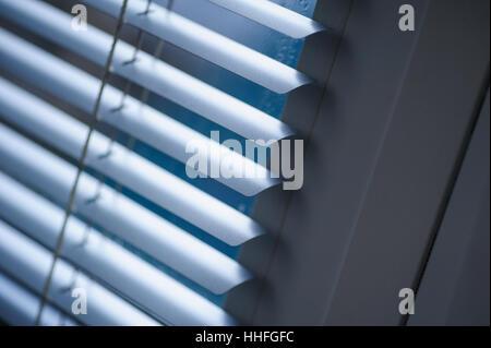 Weißen Fensterläden auf das Fenster im Büro - Stockfoto