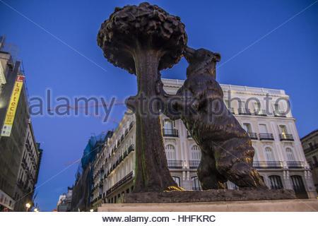 statue des b ren und erdbeerbaum madrid symbol zur puerta del sol platz madrid spanien. Black Bedroom Furniture Sets. Home Design Ideas