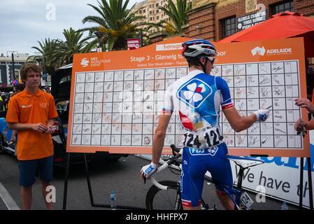 Adelaide, South Australia, Australien. 17. Januar 2016. Melden Sie an Bord zu Beginn der 3. Etappe der Tour Down - Stockfoto