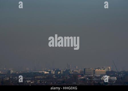 """London, UK. 19. Januar 2017. Eine dicke Schicht von """"giftigen"""" Smog sieht man schwebt über Zentral-London, geblasen - Stockfoto"""