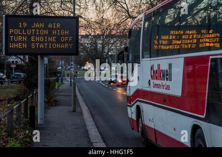 Wandsworth, London, UK. 19. Januar 2017. Ein Schild warnt vor hohen Schadstoffbelastung in Wandsworth wie der Feierabendverkehr - Stockfoto