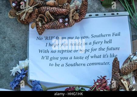 London, UK. 19. Januar 2017. Pendler von Southern Rail lassen Nachrichten und floral Tribute Southern Rail am Obelisk - Stockfoto