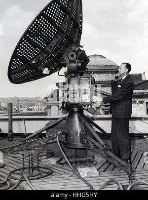 Dr. Serge A. Korff, berühmte Cosmic ray Physiker der Universität von New York, Telefone Anweisung von Rawin Antenne - Stockfoto