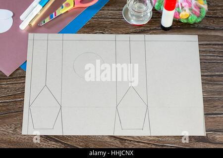 Das Kind schneidet Details Ostern Grußkarte Verpackungspapier Ostern Hase Süßigkeiten. Handgefertigt. Kinder Art - Stockfoto