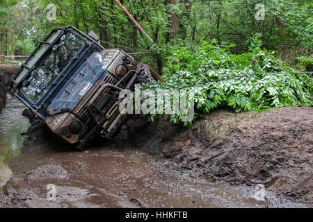 Blau, 4 x 4 Land Rover Defender 90 Windenbetrieb während einer schlammigen Offroad-challenge - Stockfoto