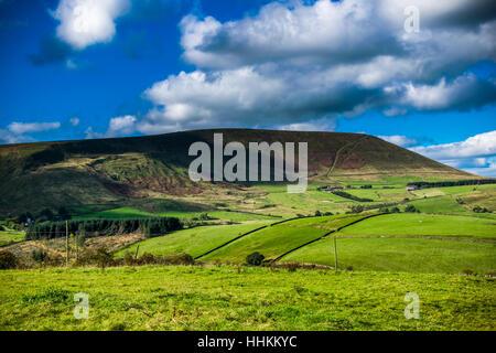 Panoramablick auf Pendle Hill im Sommer. Wald von Bowland, Lancashire, England UK - Stockfoto