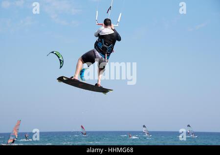 Windsurfer in Prasonisi im Süden der griechischen Insel Rhodos. - Stockfoto