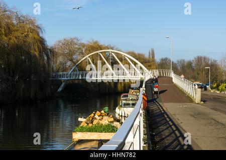 Fuß- und Brücke über den Fluss Cam Riverside Cambridge Cambridgeshire 2017 - Stockfoto