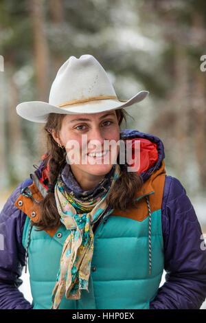 Porträt des Lächelns kaukasischen Frau im winter - Stockfoto
