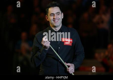 London, UK. 19. Januar 2017. Ronnie O'Sullivan von England kommt für das Viertelfinalspiel mit Neil Robertson Australiens - Stockfoto