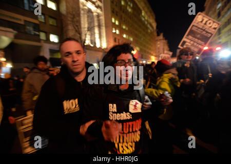 Washington, USA. 19. Januar 2017. Demonstranten konfrontieren die Einweihung der designierte Präsident Donald Trump - Stockfoto
