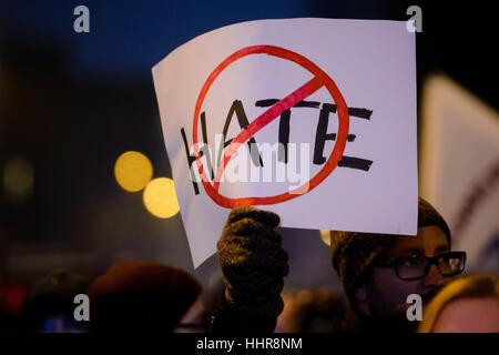 """Berlin, Deutschland. 20. Januar 2017. Ein Demonstrant hält ein keine-Hass-Plakat bei der Demonstration """"Nein Zum - Stockfoto"""