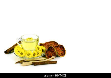 Chrysantheme Tee mit chinesischen Kräutermedizin auf weißem Hintergrund. - Stockfoto