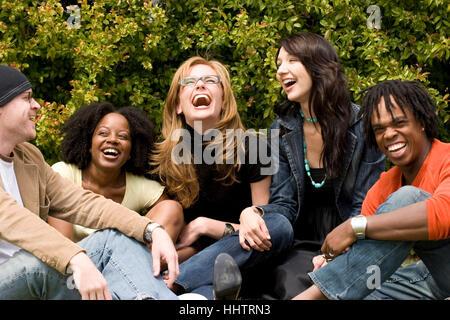 Heterogene Gruppe von Menschen reden und lachen. - Stockfoto