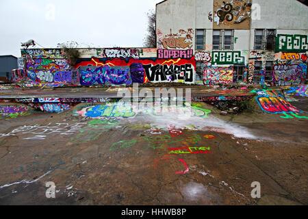 Erstaunlich bunten Graffiti in einem stillgelegten Skateboard-Park in der Ostsee Dreiecksfläche von Liverpool UK - Stockfoto