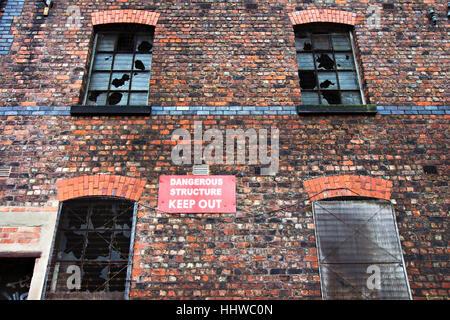 """Alten verlassenen Gebäude mit """"Gefährliche Struktur Keep Out"""" Zeichen - Stockfoto"""