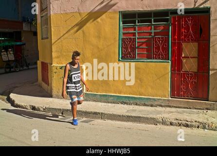 Teenager Havanna Straße im Sonnenlicht - Stockfoto