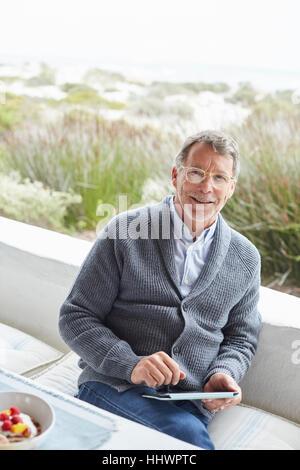 Porträt, Lächeln senior woman mit digital-Tablette auf der Strandterrasse - Stockfoto