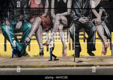 Fuß Vergangenheit, die eine Stadt Wandbild Darstellung sitzen Paare, Buenos Aires - Stockfoto