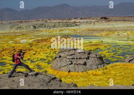 Fotograf Aufnahmen die wilden Felsformationen in die jenseitige Landschaft von Dalol, Äthiopien in der Wüste Danakil - Stockfoto