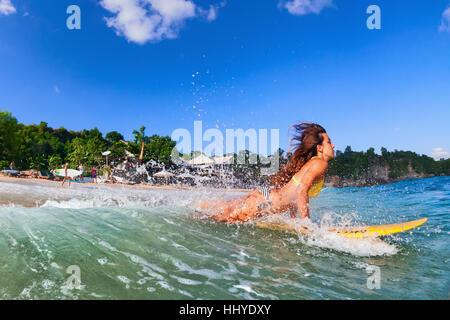 Mädchen-Aktion auf Surfbrett - Frau Surfer ins Wasser, laufen durch die Ozeanwelle springen. Menschen im Wasser - Stockfoto