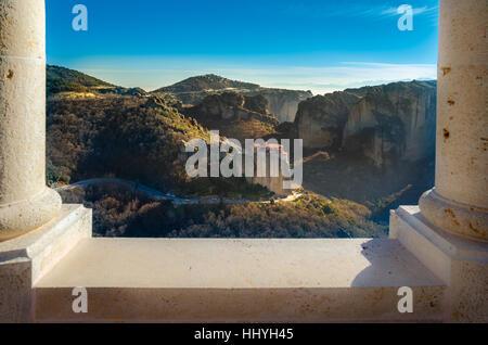 Atemberaubender Blick auf Meteora Roussanou Kloster, durch einen Rahmen von Steinsäulen Varlaam Kloster, Griechenland. - Stockfoto